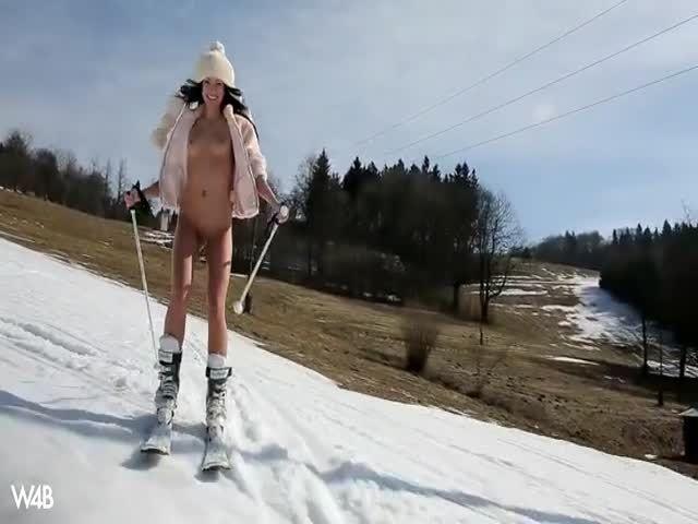 Sapphira fährt nackt Ski und masturbiert in einem verschneiten Wald