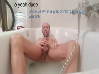 Mature Dude Masturbating In The Tub And Pissing In His Mouth