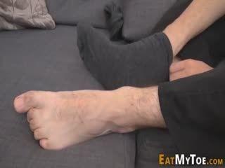 Dude Spunks Over His Own Feet